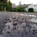 Versiegelter Lack eines PKW auf dem sich kleine Wasserperlen bilden