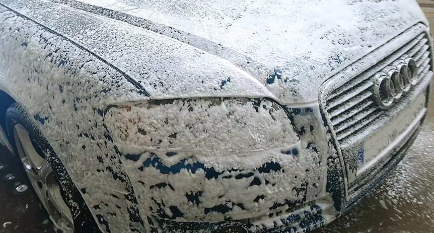 vollständig eingeschäumter Audi A4 B7 zur Vorbereitung einer Handwäsche