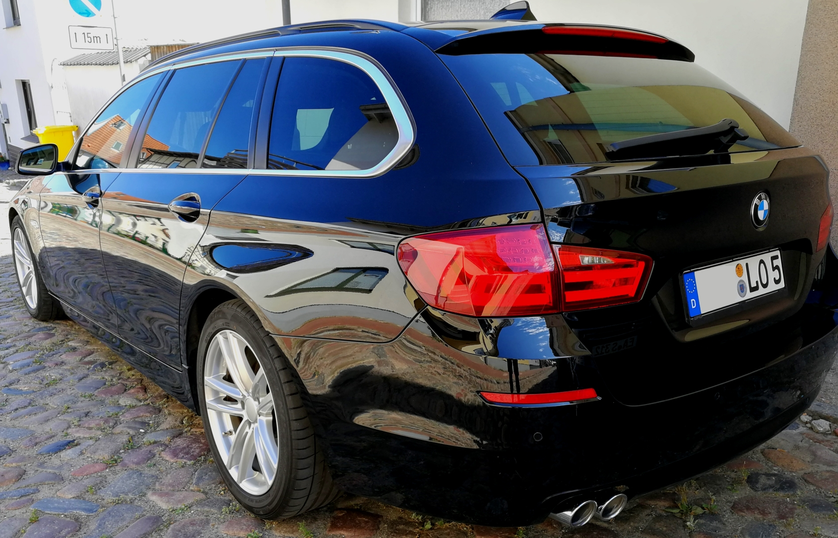 Ein BMW 520d Touring Baureihe F11 in uni Schwarz hochlganz poliert