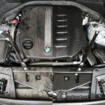 Der Motorraum eines BMW F11 530d linke hälfte schmutzig rechte Hälfte perfekt aufbereitet