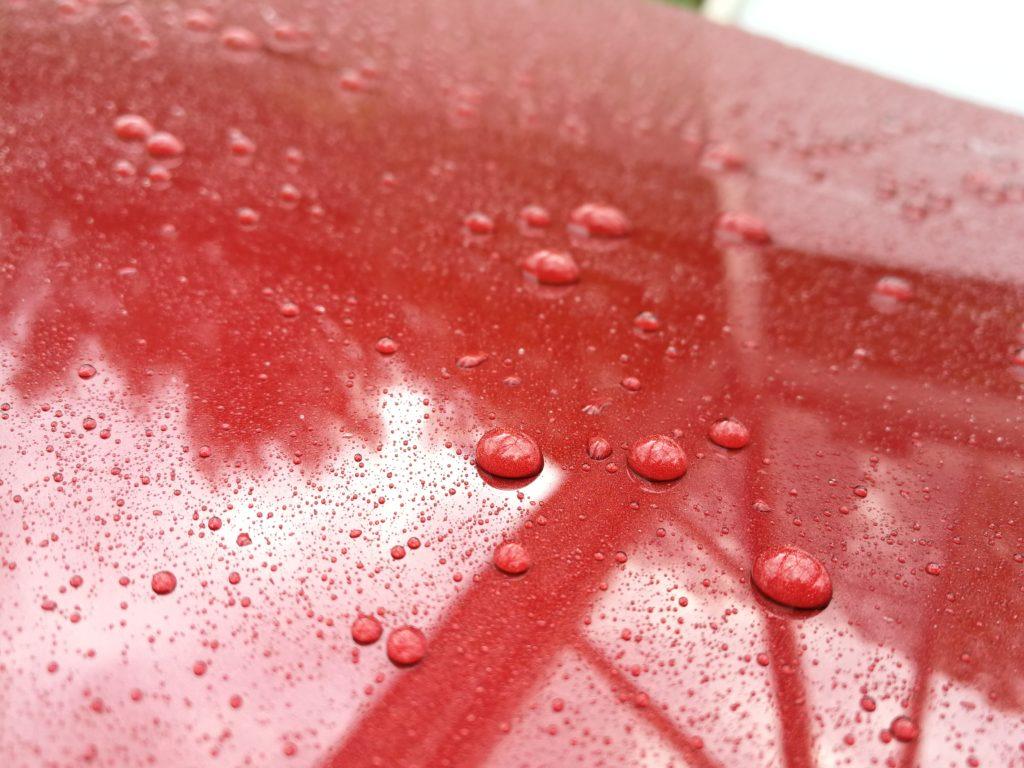 Keramisch versiegelter Lack mit Wasserperlen